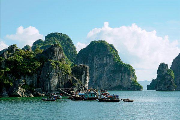 Pecheur dans la baie Halong